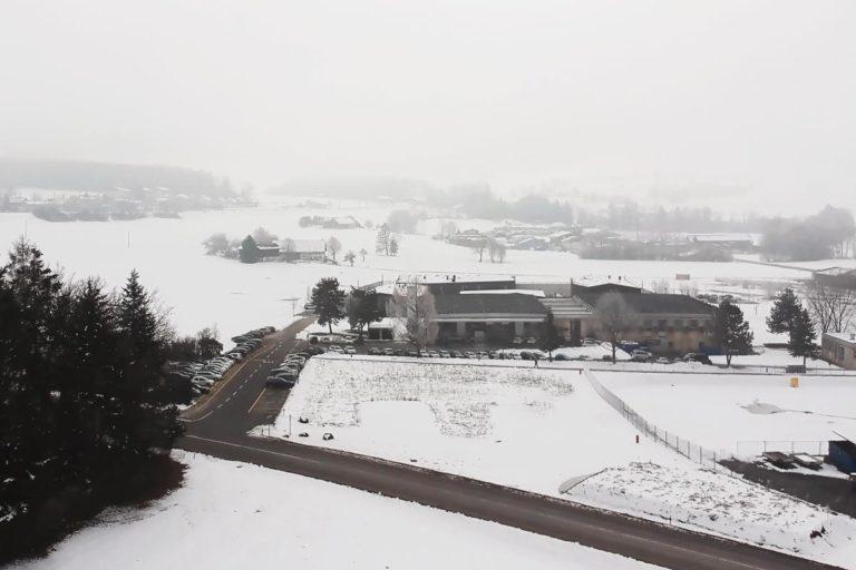Vue d'une usine dans la neige