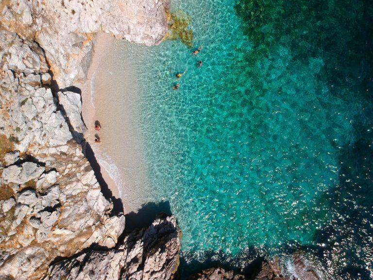 """Vue aérienne d'une des plages de la """"Riserva dello zingaro"""" en Sicile"""